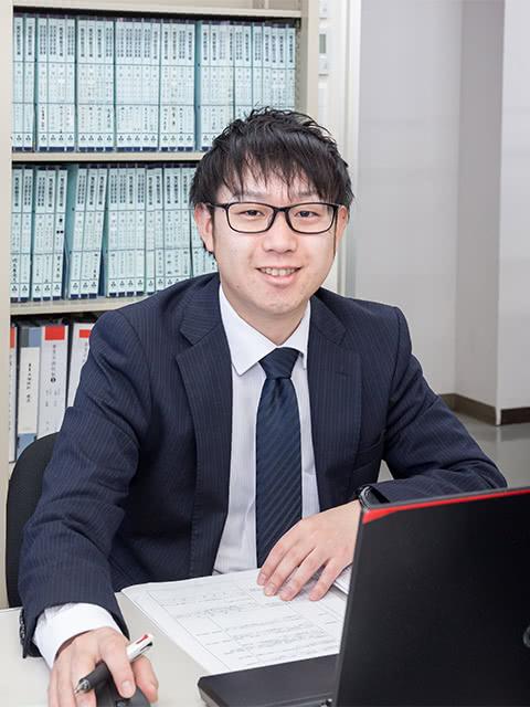 社員の山本真生さんの写真