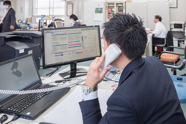 社内で電話対応している様子2