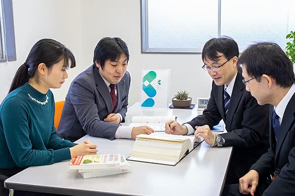 山本先生他3名の先生方が打合せしている様子