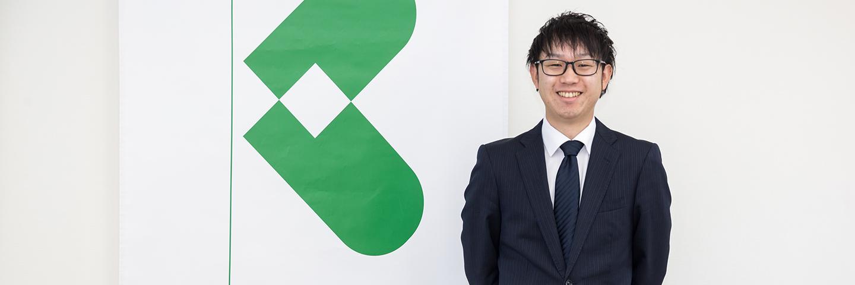 山本さんが立っている写真