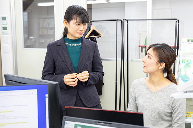 スタッフと打合せ中の長谷 美沙さん