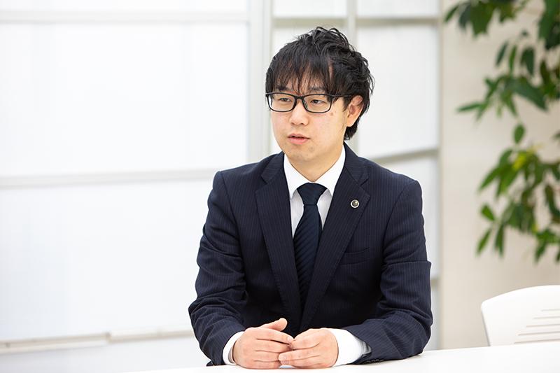 インタビュー中の山本 真生さん